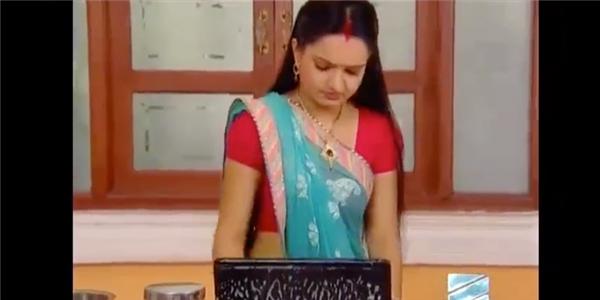 Cười đau bụng với cảnh giặt phơi laptop trong phim Ấn Độ