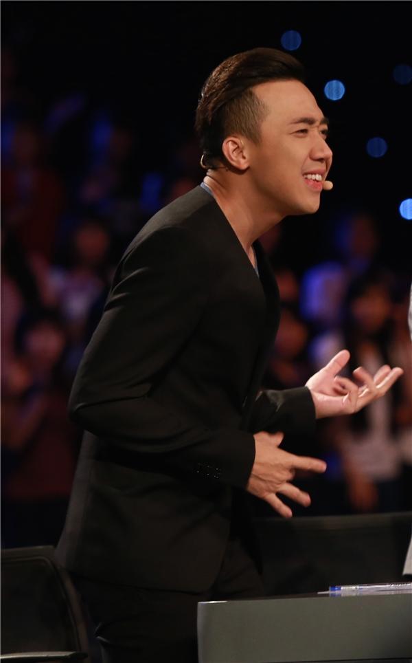 Nam MC thường xuyên đứng dậy khỏi chiếc ghế của mình và hòa chung không khí sôi động trong các tiết mục của thí sinh. - Tin sao Viet - Tin tuc sao Viet - Scandal sao Viet - Tin tuc cua Sao - Tin cua Sao