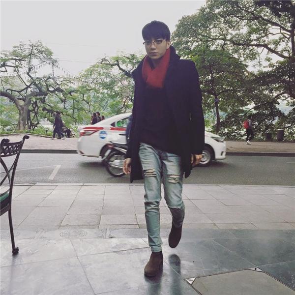 Trong tiết trời lạnh của ngày cuối Đông, chàng ca sĩ trẻ thu hút với những trang phục ngày lạnh đặc trưng như: áo len, khăn choàng, áo măng tô, áo khoác dáng dài.