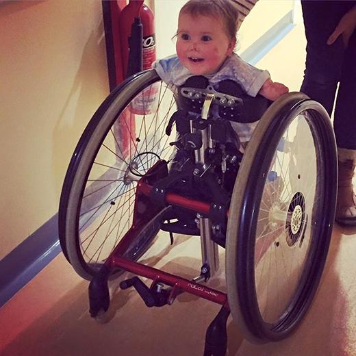 Tháng 10/2015, cô bé đã có được một chiếc xe đạp để tiện việc đi lại. Harmonie-Rose trông rất hớn hở. (Ảnh: HopeForHarmonie)