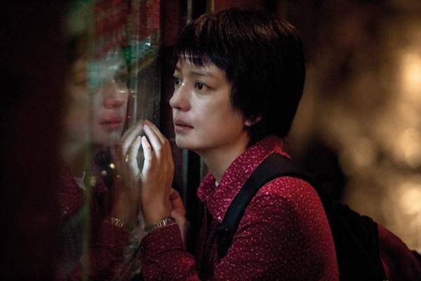 Trong bộ phim Con Thân Yêu của đạo diễn Trần Khả Tân, Triệu Vyvào vai một người phụ nữ nông thôn đầy đau khổ. Đôi mắt buồn bã, làn da thô ráp và mái tóc cụt ngủn khác hoàn toàn với một Triệu Vy sang trọng, xinh đẹp vốn đã rất quen thuộc với khán giả.