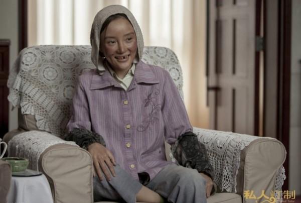 Bà mẹ trẻ xinh đẹp Lý Tiểu Lộ cũng từng khiến khán giả bị sốc khi hóa thân thành cô gái xấu xí, hài hước xuất thân từ nông thôn trong Tư Nhân Định Chế.