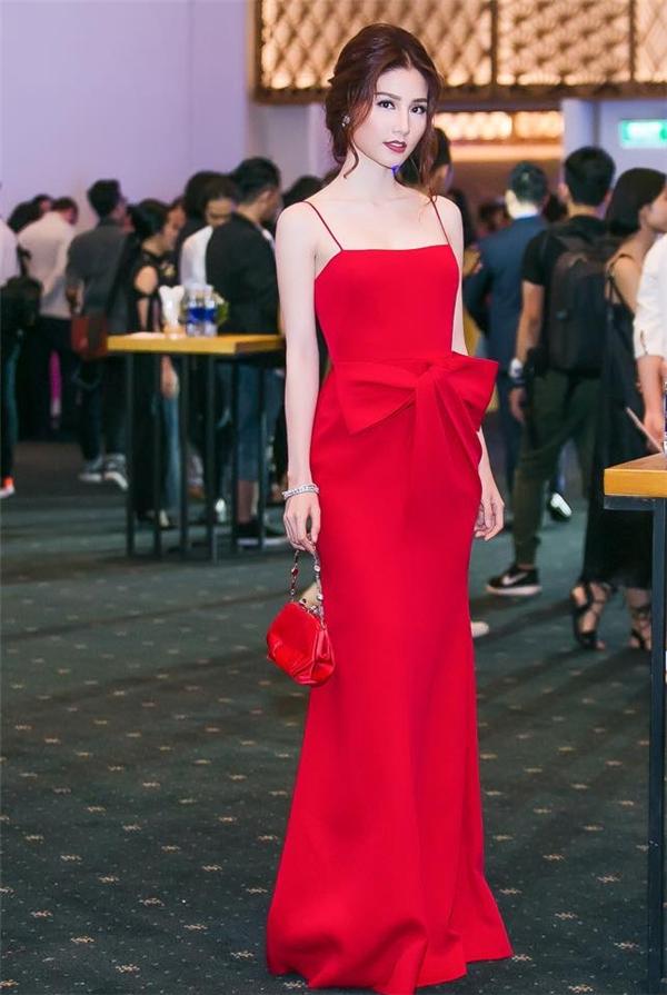 Thiết kế váy đỏ cổ điển đơn giản trở nên nổi bật và thu hút hơn nhờ chi tiết dựng phom 3D ở ngay thắt eo. Phụ kiện cùng tông trang điểm cũng được nữ diễn viên khéo léo kết hợp hài hòa với trang phục.