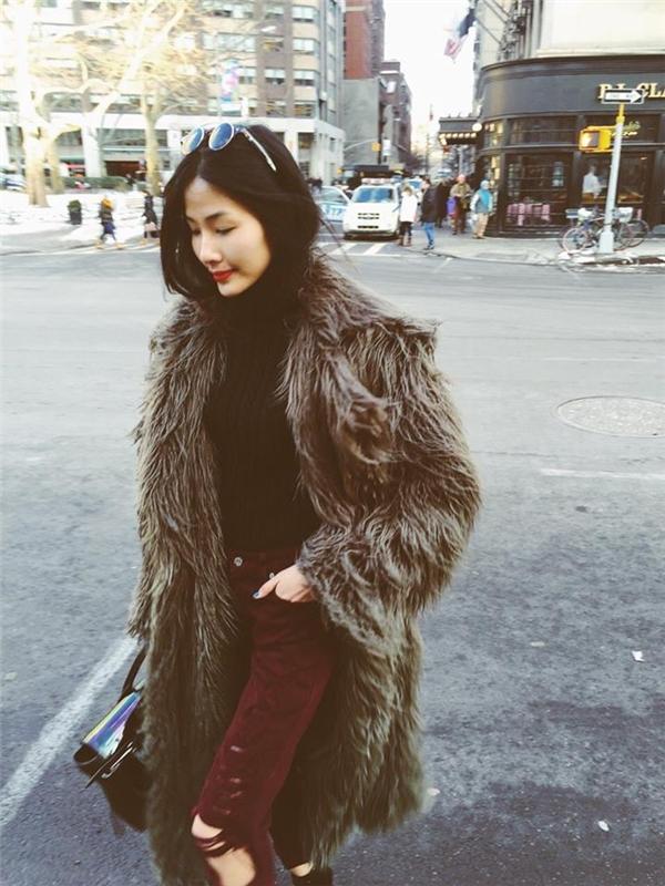 Trên đường phố London, Hoàng Thùy thoải mái diện những chiếc áo khoác lông dày sụ trong tiết trời mùa đông lạnh giá như một món phụ kiện thông thường.
