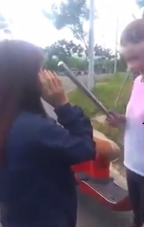 """Nữ sinh dùng cây sắt để """"xử"""" bạn. Ảnh: Internet"""