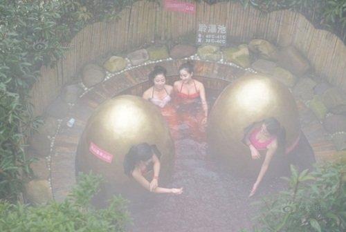 Dàn gái xinh lặn ngụp trong hồ nước nóng tự nhiên khiến nhiều người không thể rời mắt.