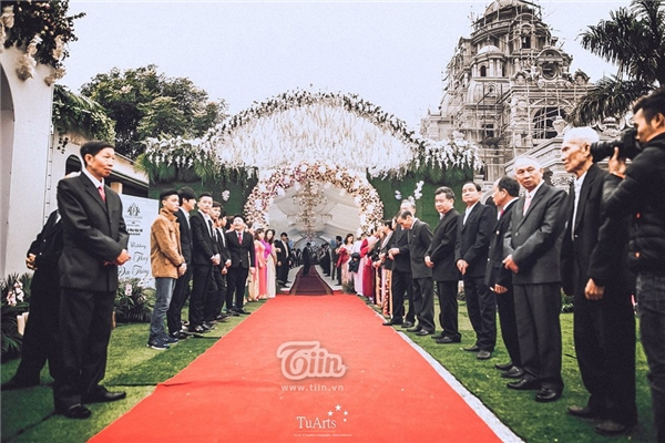 Theo chia sẻ từ một người bạn của cô dâu - chú rể lễ cưới được tổ chức tại hai nơi Nam Định - Sài Gòn với lượng khách lên đến 3.000 người.