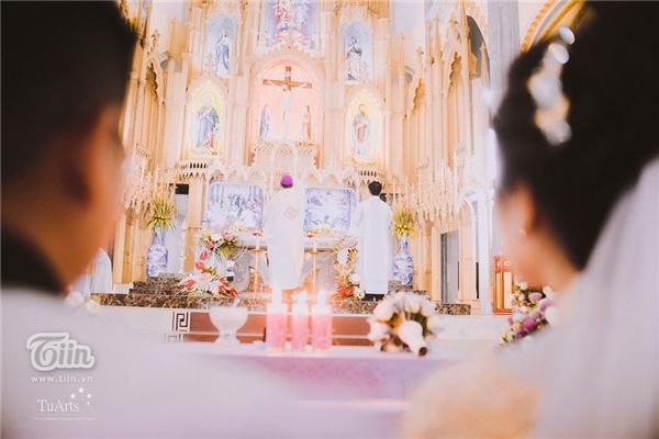 Không gian lễ cưới được trang hoàng như cung điện với sức chứa ngang ngửa một nhà hát lớn, các chỗ ngồi đều được trang trí sang trọng như dành cho VIP.