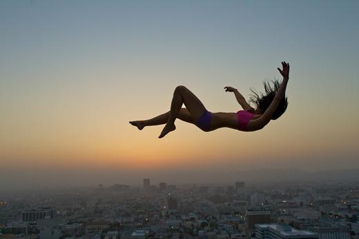 Mơ thấy mình đang rơi rồi giật mình tỉnh giấc là giấc mơ rất thường gặp ở nhiều người. (Ảnh: Internet)