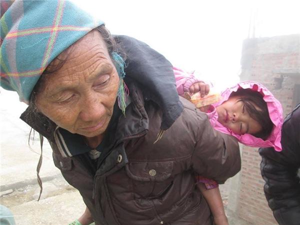 Hình ảnh bà cụ già khắc khổ khiến nhiều người xót xa.(Ảnh: Internet)