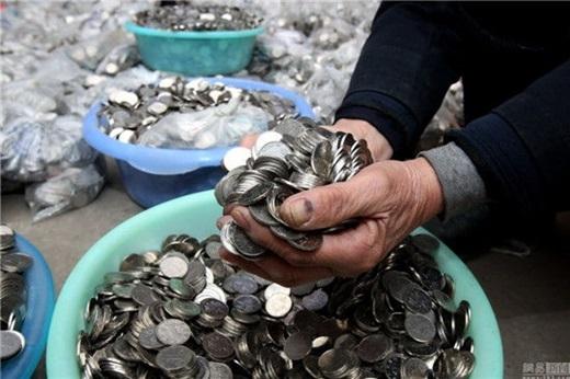 Hiện hơn 300.000 đồng tiền xu (tương đương 1 tỉ đồng) của ông Trươngkhông nơi nào đồng ýđổi. (Nguồn News.163.com)