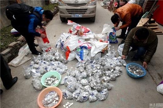 Được biết, từ năm 2009, ông Trương bắt đầu kinh doanh tiệm giặt và trạm sạc xe điện ở một số trường đại học, khu lân cận, mỗi tháng đều thu nhận một số lượng lớn đồng tiềnxu. (Nguồn News.163.com)