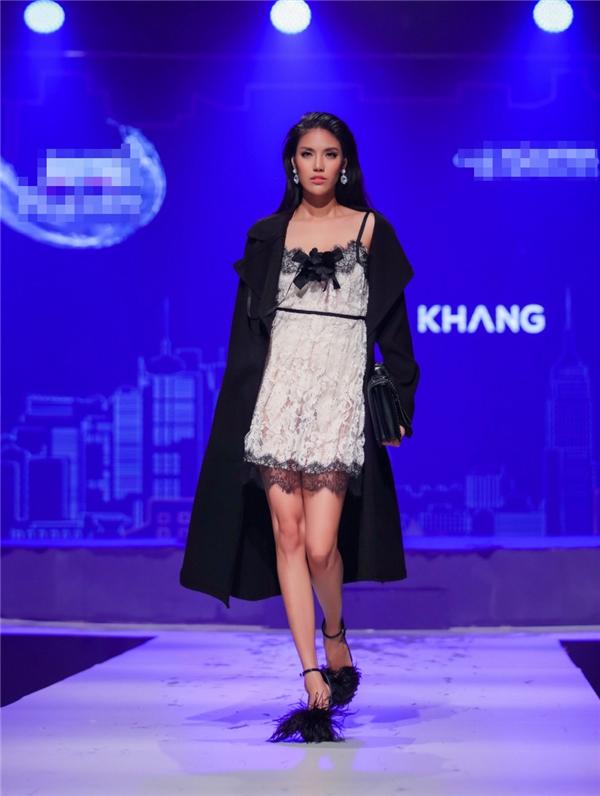 Tối qua, Lan Khuê tham gia trình diễn trong một sự kiện thời trang lớn được tổ chức tại Hà Nội. Xuất hiện trên sàn runway, người đẹp gây ấn tượng bởi vẻ ngoài sắc lạnh cùng thần thái của một siêu mẫu hàng đầu. Lan Khuê diện mẫu thiết kế kết hợp giữa váy ngủ bên trong cùng áo khoác dáng dài bên ngoài.