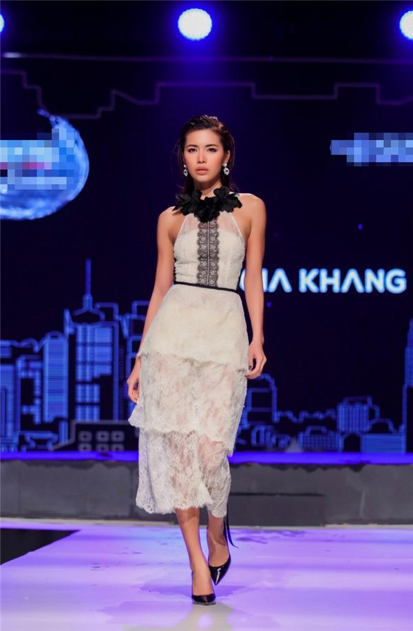 Minh Tú và những sải bước chuyên nghiệp trên sàn diễn trong hai mẫu thiết kế của Lâm Gia Khang: một thanh lịch, nhẹ nhàng vàmột ngọt ngào, gợi cảm.