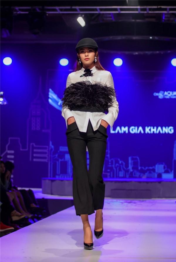 Minh Triệu và Mâu Thủy trình diễn hai thiết kế mang đậm màu sắc cổ điển được cách điệu khéo léo bằng những đường cắt tinh tế hay việc kết hợp chất liệu.