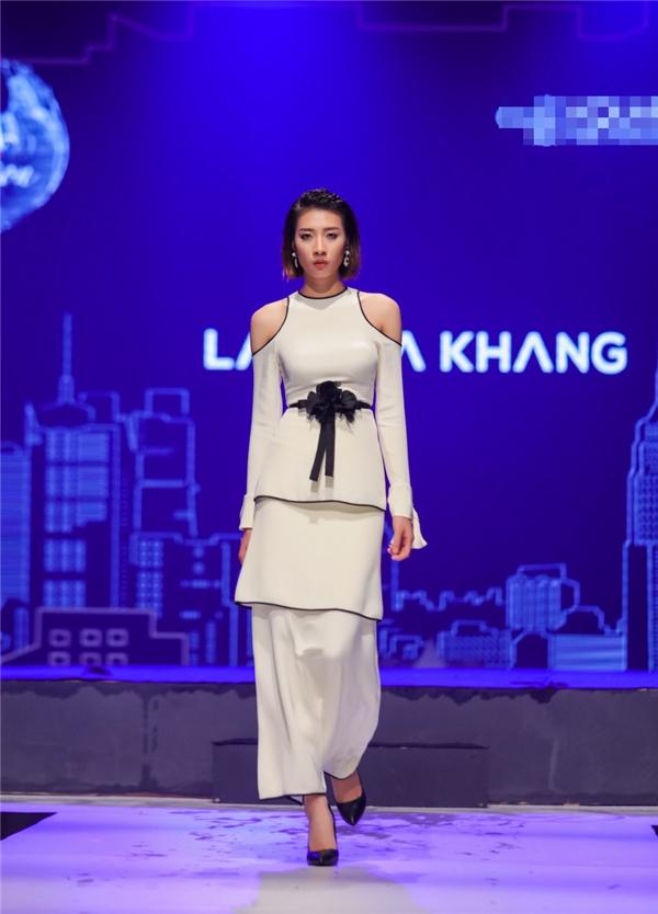 Các thiết kế của Lâm Gia Khang đều thể hiện vẻ đẹp thanh lịch, sang trọng của người phụ nữ. Cách dựng phom và việc sử dụng chất liệu mới lạ luôn là điểm cộng cho nhà thiết kế trẻ.