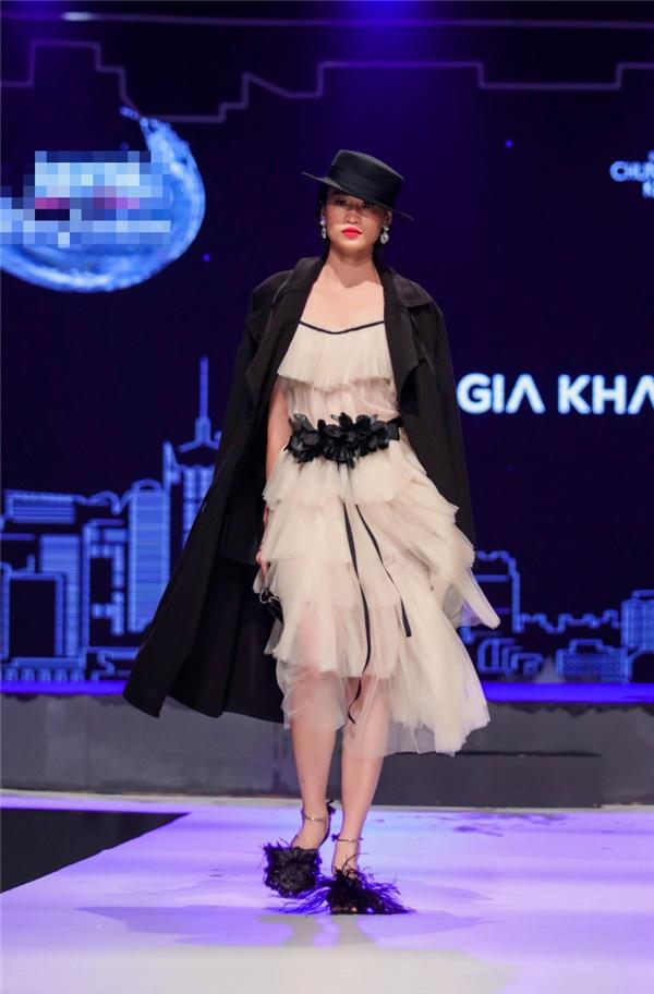 Cựu người mẫu Thanh Trúc với bộ trang phục kết hợp cầu kì.