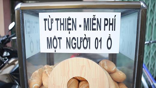 Chiếc tủ luôn đầy ấp những ổ bánh mì nóng giòn, thơm ngon.