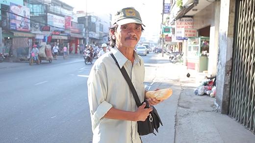 Anh Thảo, làm nghề bán vé số, hằng ngày vẫn ghé qua lấy bánh mì.