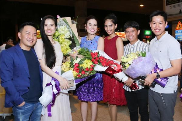 Được biết MC Anh Khoa, Cao Thùy Dương, Trương Thị May và đạo diễn Tạ Quang Phúc gửi tặng Phương Lê những đóa hoa tươi thắm trong ngày trở về.