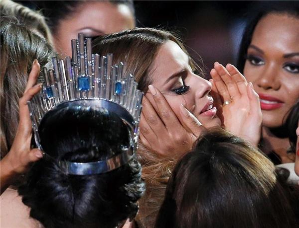 Những hình ảnh gây xúc động tại Hoa hậu Hoàn vũ 2015 trong giây phút vương miện bịtrao nhầm.