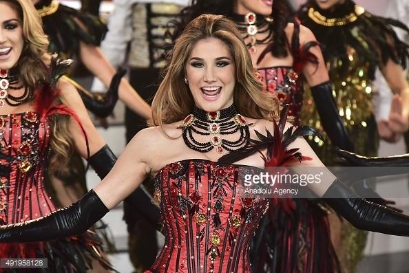"""Mariam Habach sở hữu vẻ đẹp ngọt ngào, hiện đại, quyến rũ. Ngoài ra kĩ năng catwalk như """"người không xương"""" của cô gái này cũng là một điểm cộng lớn. Nếu duy trì tốt phong độ cùng việc rèn luyện tích cực, Mariam Habach hoàn toàn có thể nằm trong top 5 chung cuộc của Hoa hậu Hoàn vũ 2016."""