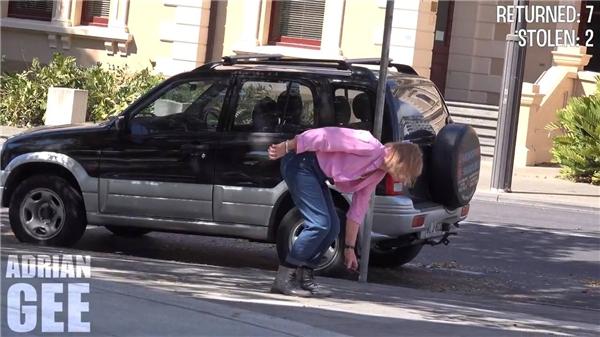 Sốc với thử nghiệm rơi điện thoại giữa phố