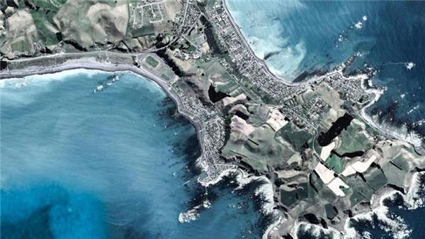 Để ngắm những chú cá voi khổng lồ, không đâu lí tưởng và sống động bằng vịnh phía nam thuộc bán đảo Kaikoura, New Zealand.(Ảnh Google Earth)