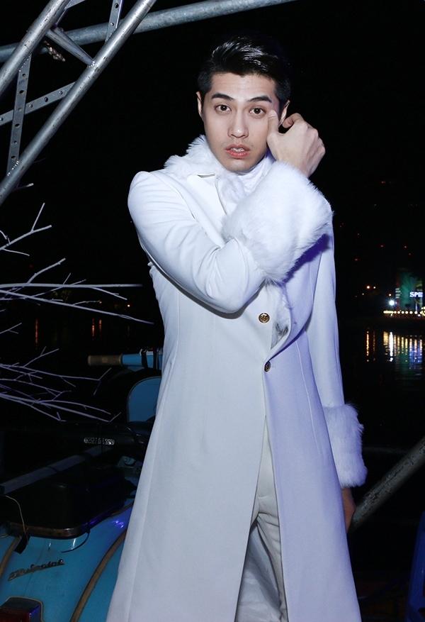 Chiếc áo khoác này cũng từng được Noo Phước Thịnh diện trong một buổi tiệc âm nhạc cuối năm tại TP. HCM. Tuy nhiên, lần trước đó chàng ca sĩ trẻ lại kết hợp trang phục tông xuyệt tông trắng.