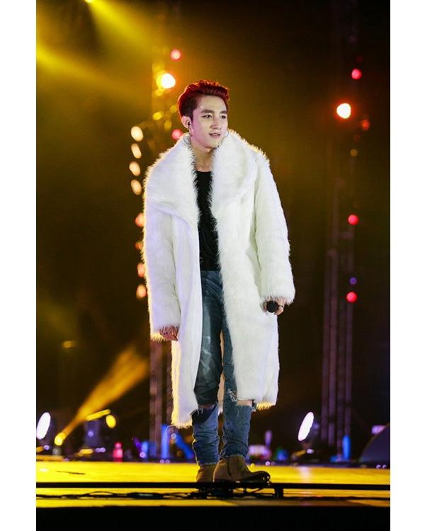 Trong hai liveshow gần đây tổ chức tại TP. HCM và Hà Nội, Sơn Tùng cũng mangnhững chiếc áo khoác lông mềm mại lên sân khấu. Nếu như sắc đỏ giúp nam ca sĩ nổi bật, thu hút thì sắc trắng cùng kiểu dáng đơn giảnlại mang đến vẻ ngoài nhẹ nhàng, thanh thoát hơn.