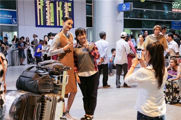 Nữ người mẫu vui vẻ chụp hình cùng người hâm mộ. - Tin sao Viet - Tin tuc sao Viet - Scandal sao Viet - Tin tuc cua Sao - Tin cua Sao