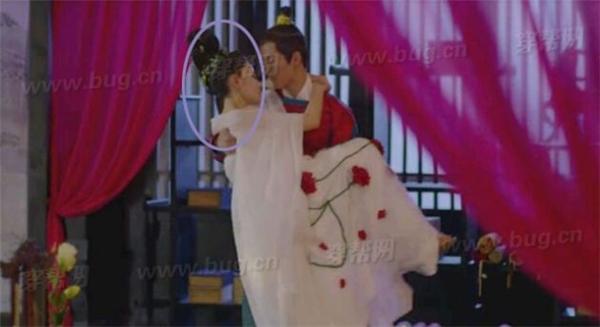Trong cảnh thái tử Tề Thịnh ôm Trương Bồng Bồng, đầu của cô nàng dựa vào vai phải của anh.