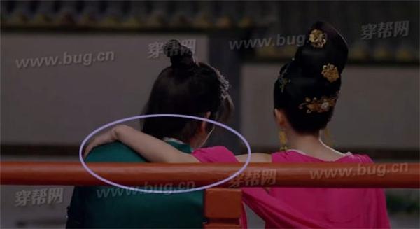 Trương Bồng Bồng đang ngồi tâm sự với Triệu Vương. Từ góc quay đằng sau, khán giả có thể dễ dàng nhận thấy Bồng Bồng đang khoát tay lên vai bạn diễn.