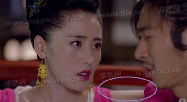 Chớp mắt sau đó, tay của cô lại khoát lên vai Triệu Vương cực kìthân thiết.