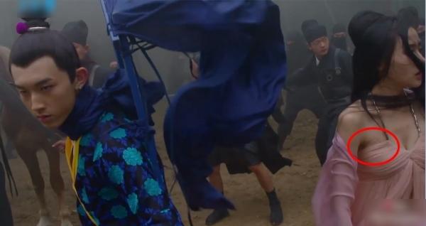 Trong cảnh quay bị truy sát giữa rừng, thái tử phi Trương Bồng Bồng đã vô tình để lộ miếng dán ngực.