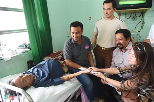 Quyền Linh, Chi Bảo vận động mạnh thường quân giúp diễn viên Thành Lũy có được số tiền 120 triệu đồng để chữa bệnh vào tháng 11/2015. Ảnh: Lữ Đắc Long