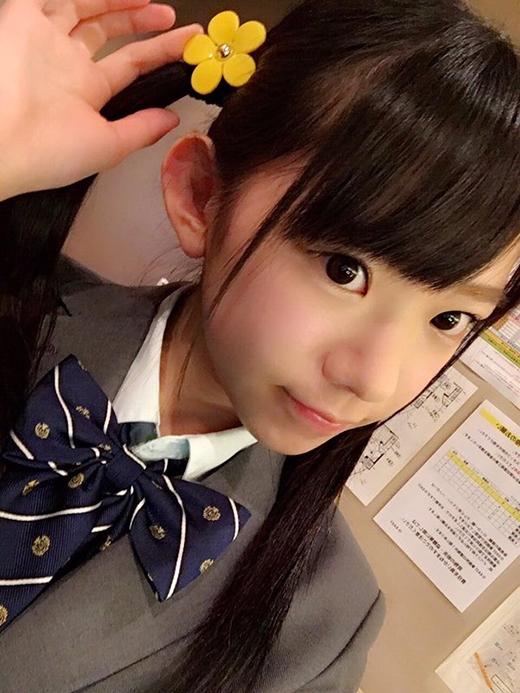 Nếu không nhờ bộ đồng phục đại học thì sẽ không ai tin số tuổi thật của cô.(Ảnh: nagasawa_marina)