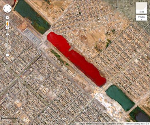 Bên ngoài thành phố Sadr ở Iraq, tại tọa độ 33.396157° N, 44.486926° E, có một hồ nước đỏ như máu.Hiện vẫn chưa có lời giải thích chính thức cho chiếc hồ kì lạ này. (Ảnh: Internet)
