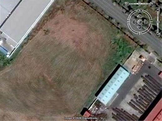 """""""Dấu vân tay"""" khổng lồ ở TP. HCM nhìn từ Google Maps. Bạn có thể gõ tọa độ 10.764107° 106.745941° vào ô tìm kiếm để xem. Được biết, nó do các máy xén cỏ chuyên dụng tạo thành. (Ảnh: Internet)"""