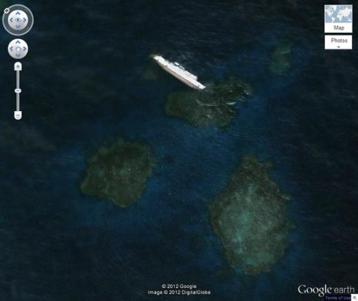 """SS Jassim - một chiếc phà chở hàng của Bolivia - bị mắc cạn và chìm ở ngoài khơi bờ biển của Sudan năm 2003. Hình ảnh chiếc phà dài tới 81m này được xem là mộttrong những vụ đắm tàu lớn nhất có thể nhìn thấy trên Google Maps. Bạn hãy vào tọa độ 19° 38' 46.00"""" N, 37° 17' 42.00"""" E để tìm nhé!. (Ảnh: Internet)"""