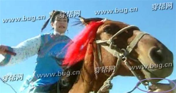 Cảnh Tiểu Yến Tử cưỡi ngựa, nếu tinh ý khán giả có thể nhìn thấy 1 bàn tay đang giúp cô dẫn ngựa.