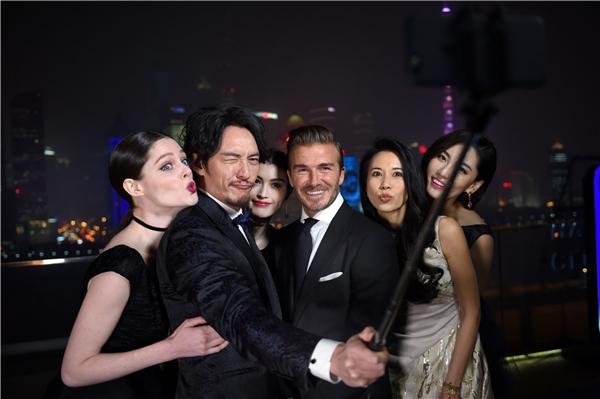 David Beckham tươi cười chụp ảnh lưu niệm cùng dàn khách mời đình đám. - Tin sao Viet - Tin tuc sao Viet - Scandal sao Viet - Tin tuc cua Sao - Tin cua Sao