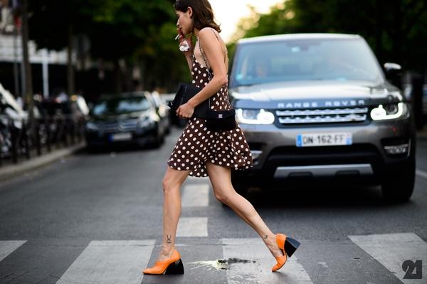 Giày đế loe chính thức xuất hiện trên các sàn diễn thời trang mùa Thu - Đông vừa qua. Và đây cũng chính là xu hướng được các nhà mốt lớn như: Prada, Miu Miu, Stella McCartney… lăng-xê cho mùa Xuân - Hè 2016. Đúng như tên gọi, những thiết kế này có phom truyền thống khá đơn giản, thanh lịch nhưng phần đế được làm loe ra. Cấu trúc khá đặc biệt này vừa thu hút ánh nhìn của người đối diện vừa giúp nâng đỡ đôi bàn chân khá tốt.