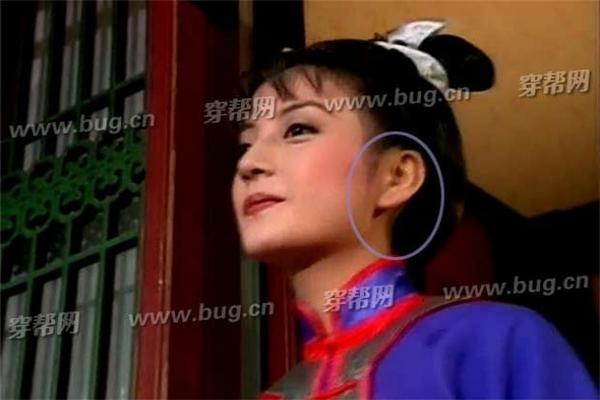 Lúc Tiểu Yến Tử chuẩn bị nhảy từ tầng 2 Sấu Phương Trai, cô không hề đeo gì cả.