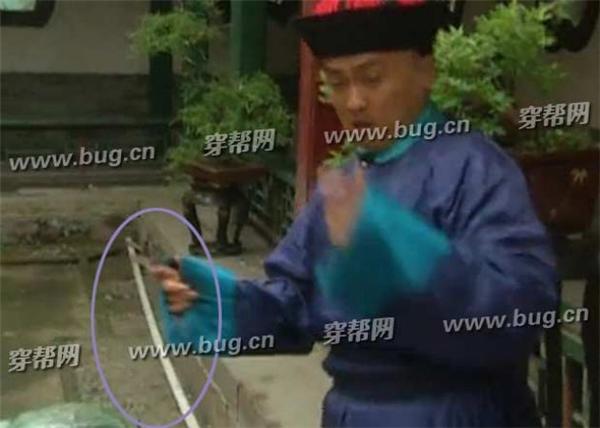 Khi Tiểu Yến Tử dạy võ cho Kim Tỏa, trên mặt đất bỗng nhiên xuất hiện ống nước bằng nhựa.