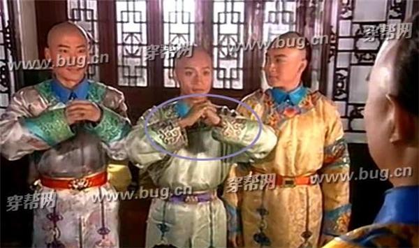 Tư thế hành lễ với hoàng thượng của Nhĩ Thái đã sai. Theo quy tắc, tayphải ở dưới tay trái ở trên mới đúng.