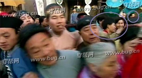 Cảnh mọi người nghênh đón hoàng thương và Hoàn Châu Cách Cách, trong đám đông xuất hiện rất nhiều người hiện đại.