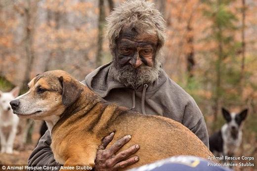 Trong hơn 16 năm qua, ông đã sống cùng bầy chó tạimột cánh rừng ở Tennessee. (Ảnh: Daily Mail)
