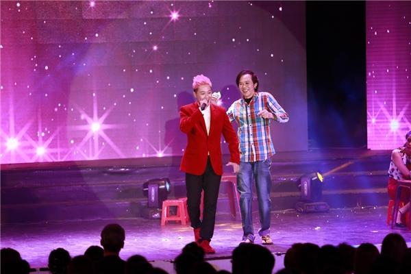 Nam ca sĩ Thanh Duy nổi bật với mái tóc hồng và bộ vest đỏ tông-xuyệt-tông cùng đôi giày. - Tin sao Viet - Tin tuc sao Viet - Scandal sao Viet - Tin tuc cua Sao - Tin cua Sao