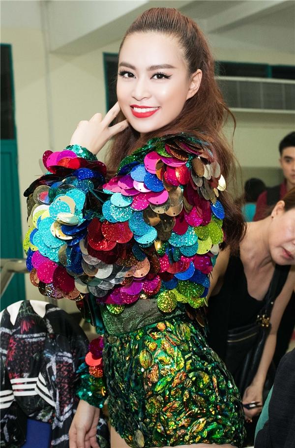 Trên sân khấu trình diễn, nữ ca sĩ như mang cả mùa lễ hội với những tông màu rực rỡ, bắt mắt.